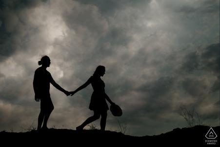 Vor Ort Perpignan Paar-Verlobungs-Portrait-Shooting zu Fuß durch die Hügel unter den Dämmerungswolken
