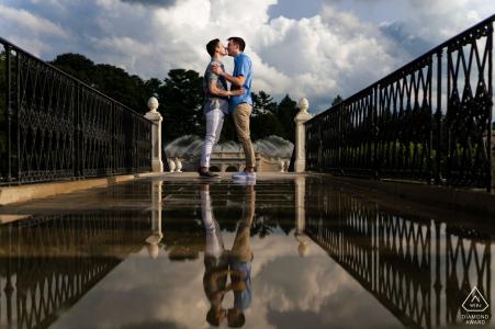 Longwood Gardens, Kennett Square à l'extérieur de la séance photo avant le mariage d'un couple environnemental avec un reflet miroir ci-dessous