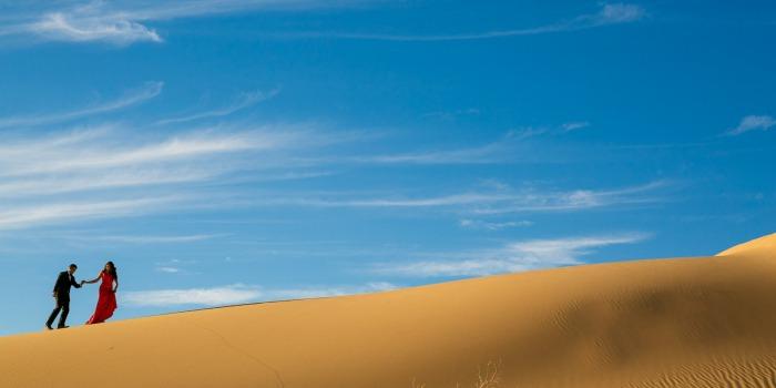 Séance de photos de fiançailles dans le désert