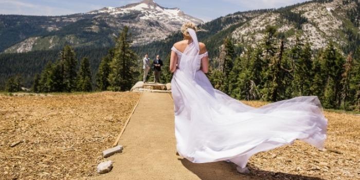 La sposa si dirige verso l'altare durante la cerimonia della sua fuga in montagna.