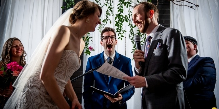 Chicago Wedding Photographer hielt einen lustigen Moment während der Indoor-Zeremonie fest