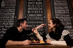 Portraits de fiançailles au Luxembourg avec un couple au dîner