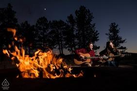 Fotografia przedślubna pary grającej na gitarze i ciesząca się wieczorem przy kominku | Zaręczyny weselne w Kolorado