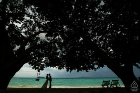 Pre-wedding China photography of a silhouetted couple on the beach