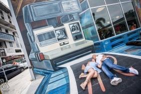 Couple de Miami en Floride Pose une photo de fiançailles sous un appareil photo Polaroid Papier peint