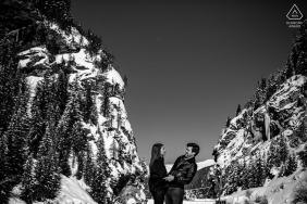Portret zaręczynowy Lyon w górach pokrytych śniegiem - sesja zaręczynowa czarno-biała