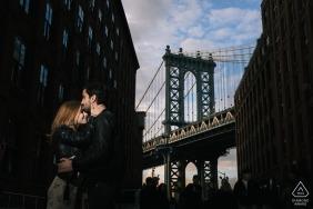 New York City późno popołudniowe portret zaręczynowy przeciwko Most Brookliński