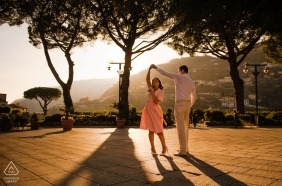 Para z Czech tańczy na dziedzińcu przed niską popołudniową fotografią słońca