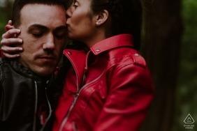 Czerwona gorąca miłość i czerwona skórzana kurtka w blasku tego zaręczynowego portretu