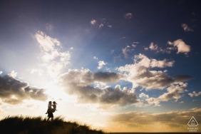 Piękny zachód słońca z idealnymi chmurami do sesji portretowej z udziałem East Midlands