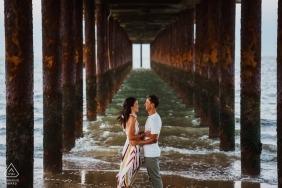 Zaręczona para pod Southwold Pier, Wielka Brytania | Fotografia ślubna