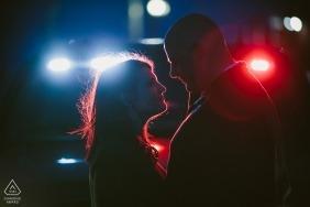 Massachusetts Engagement Zdjęcia pary w nocy z czerwonymi i niebieskimi światłami