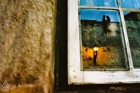 Brazil engagement pictures of a couple reflected in a window with sky and streetlamp | Minas Gerais photographer pre-wedding photo session