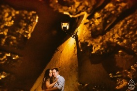 Minas Gerais pre-wedding engagement pictures of a couple under a warm street lamp | Brazil couple photography session