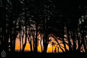 Tournage de fiançailles d'un couple dansant dans un coucher de soleil en Californie