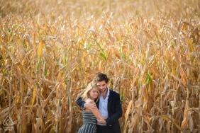 Para w polu kukurydzy podczas sesji portret zaręczynowy w Lyonie