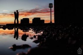 Séance de photographie de fiançailles pour le mariage Whitstable avec reflets du coucher du soleil et de l'eau | Tournage de fiançailles dans le Kent
