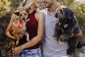 Minas Gerais Brazil Verlobungssitzung mit zwei Hunden.