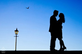 Hérault engagement pictures of a couple silhouetted with a nearby lamp post | Occitanie photographer pre-wedding photo shoot session