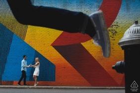 New York Engagement Photography Session für dieses Paar, das Farben und Action sucht