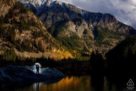 Berggipfel verlobungsbilder eines paares in der natur | Colorado Fotograf Vorhochzeitssitzung