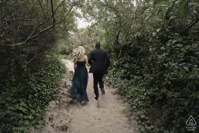 Portrait de fiançailles de mariage à San Francisco de ce couple en randonnée en tenue de cérémonie