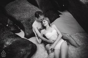 Czarno-biały fotograf ślubny portret zaręczynowy para na skałach w wodzie | Zdjęcia ślubne NRW
