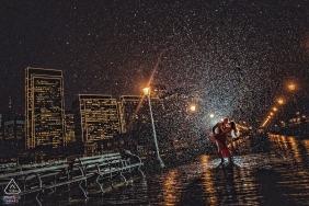 Photos d'engagement de la ville de Californie d'un couple sous la pluie | Séance de portrait avant le mariage chez le photographe Sacramento