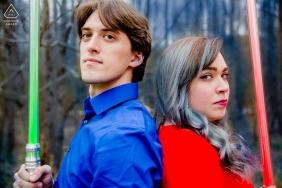 Sabres de Star Wars images de fiançailles d'un couple | Photographe d'Atlanta avant le mariage avec le photographe