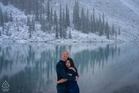 Alberta zdjęcia zaręczynowe przed ślubem pary w pobliżu jeziora z ośnieżonymi górami i drzewami | Strzelaj portretem Kanady