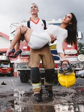 Porträts eines Feuerwehrmanns eines Paares mit Ausrüstung und Löschfahrzeugen | Brasilia Fotografenvorhochzeitsfotografbilder