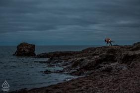 Un couple de fiancés prend un bain romantique au bord d'un lac | MN pré-mariage portraits