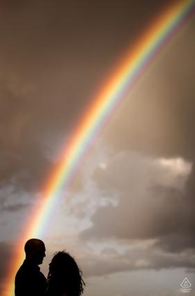 Angleterre, portrait vertical de fiançailles de mariage d'un couple avec arc-en-ciel | Séance photo de pré-mariage avec le Dorset