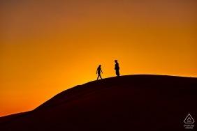 Photos de fiançailles en Hauts-de-France d'un couple se profilant sur une petite colline | Séance photo de photographe à Lille