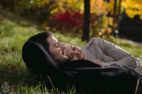 Alter Hafen-Montreal-Fall-Verlobungs-Fotografie-Sitzung eines Paares im Gras mit Bäumen