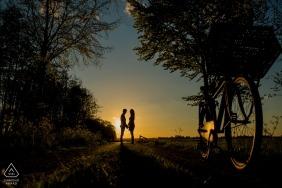 Zdjęcia zaręczynowe Holandii przedstawiające sylwetkę z rowerem i drzewami | Sesja fotografa Hagi przed sesją ślubną