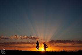 Portugal images de fiançailles d'un couple sautant au soleil au coucher du soleil | Photographe de Braga avant le mariage pour les portraits