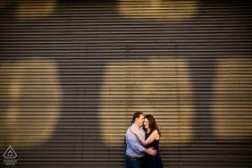 Słoneczne zdjęcia zaręczynowe pary obejmujących | Sesja portretowa przed ślubem fotografa z Rhode Island