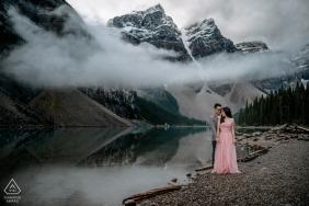 Kanada hochzeitsfotograf verlobungsporträt eines paar in den bergen mit einem see | Bilder zur Hochzeit in Alberta