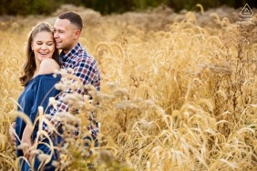 Gekreuzte Schlüssel Estate NJ Hochzeitsverpflichtung Porträt eines Paares im hohen Gras