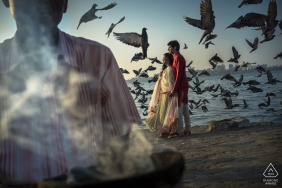 Séance de photographie avant le mariage à Mumbai sur la plage avec des oiseaux