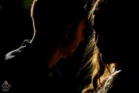 Eclairage de la jante d'Athènes lors des fiançailles d'un couple | Grèce photographe avant le mariage shoot avec le photographe
