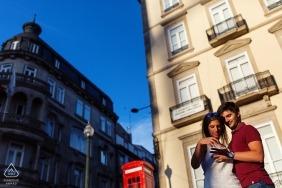 Portugal Verlobungsfotos eines Paares in der Sonne mit Gebäuden | Braga-Fotografen vor der Hochzeit Porträt-Sitzung