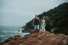 Séance de photographie de portrait avant le mariage au Brésil avec un couple à la plage | Photographie du Minas Gerais