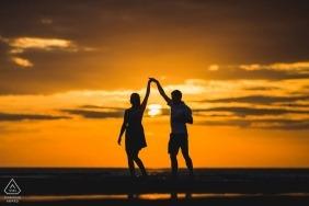 Danser des images de fiançailles au Royaume-Uni d'un couple se profilant à la plage   Séance photo avant le mariage avec le photographe Northamptonshire
