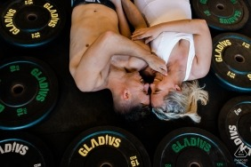 Rio de Janeiro pre-wedding portrait photography session with a couple in the gym with weights | Macaé photography