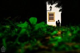 Brasilien-Verlobungsbilder eines Paares in der Sonne mit grünem Laub | Minas Gerais Fotografen vor der Hochzeit für Porträts