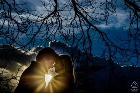 Dunkler Himmel mit Sonne hinter romantischen Paaren von Flanders Engagement Photographer