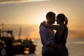Angleterre photos de fiançailles avant le mariage d'un couple embrassant à la plage avec des bateaux | Kent portrait shoot