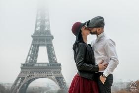 Seance para zdjęć portretowych zaręczynowych w Paryżu - we Francji
